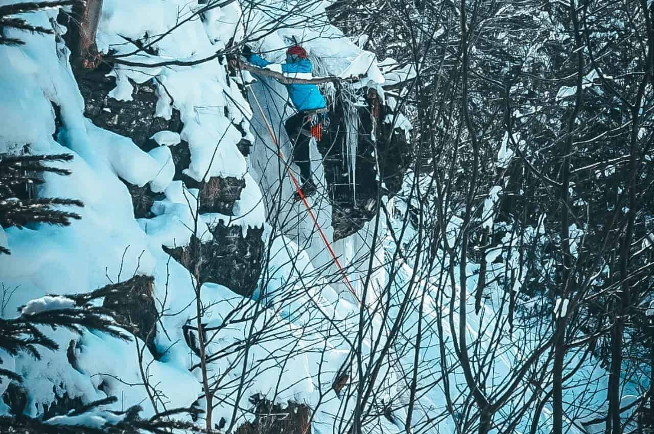 Eisklettern im Harz auf dem Weg zum Ende des Wasserfalls