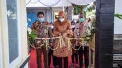 Bupati Purwakarta, Anne Ratna Mustika didampingi Kepala Dinas Kesehatan meresmikan operasional Saung Ambu di Desa Gandasoli, Kecamatan Plered, Kabupaten Purwakarta