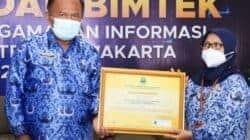Sekda Purwakarta, H. Iyus Permana didampingi Kadis Kominfo, Siti Ida Hamidah saat menerima piagam penghargaan