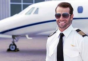 Un pilote séduisant obtient facilement ce qu'il veut de n'importe quelle femme - moi y compris