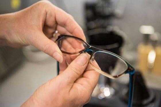 handwerkliche Kompetenz im Richten der Nasenpads im Fachzentrum für individuelles, gutes Sehen