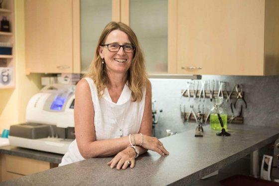 Augenoptikermeisterin Sabine Zirngibl in ihrer Werkstatt bei Sehkomfort Schöne Aussicht