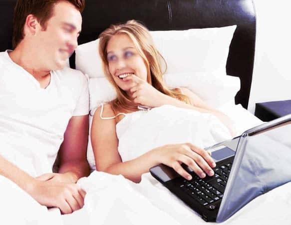 Regarder des photos de cul et des vidéos porno excite les couples autant que les célibataires