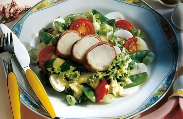 Gemischter Salat mit Honig-Senf-Dressing und Putenbrust