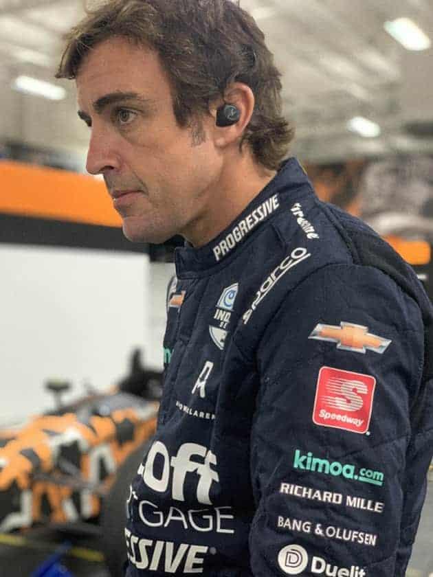 Fernando Alonso con los auriculares B&O Beoplay E8 Sport