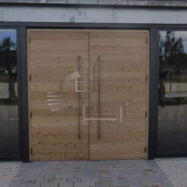 Porte en bois à double-vantaux