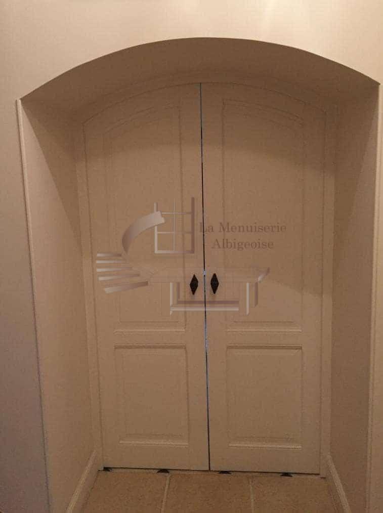 Porte en bois voûtée à double-vantaux
