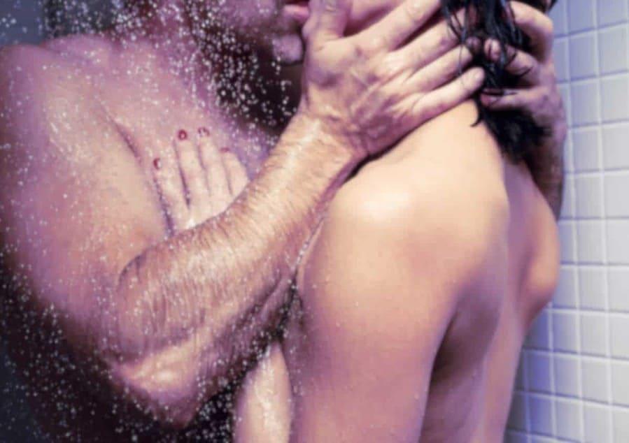 Profitez d'un passage à deux sous la douche pour une séance de sexe débridé