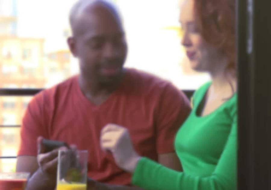 La virilité d'un Black et à la douceur de sa peau excitent les jeunes femmes blanches