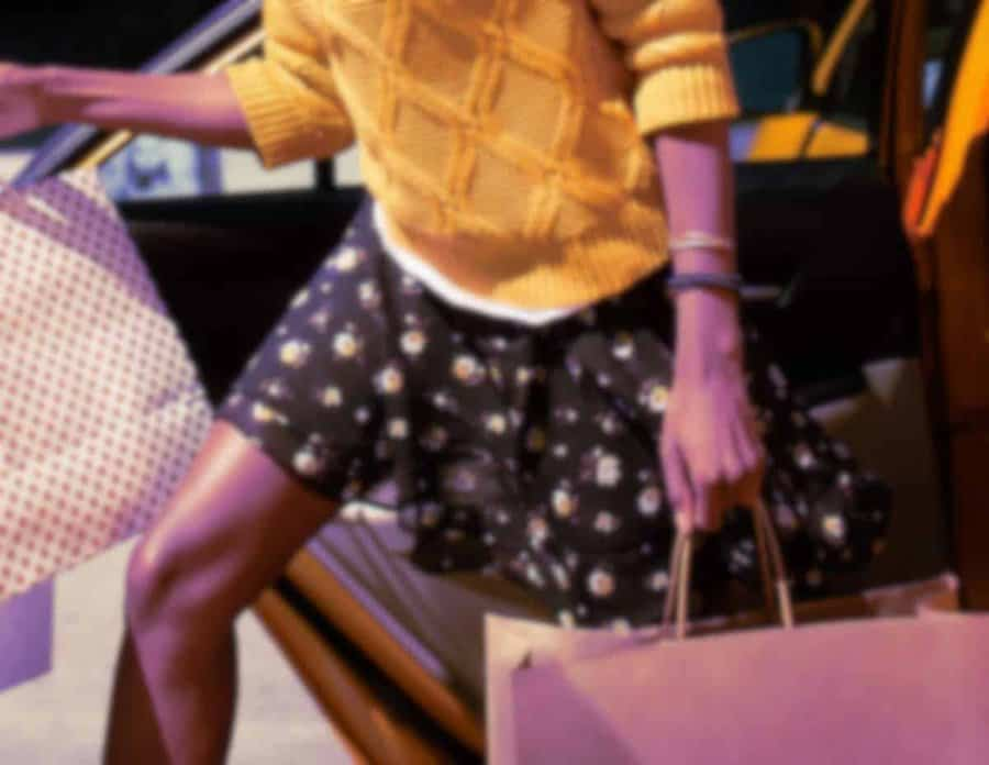 Un brin cupide, Cécile a besoin d'argent pour faire les boutiques et parfaire son look sexy