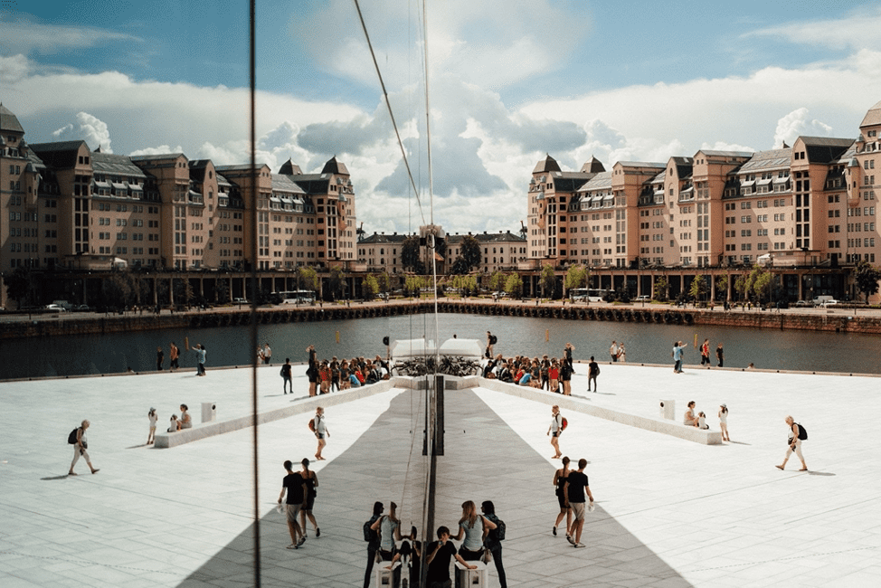Oslo est la capitale mondiale du véhicule électrique et figure régulièrement parmi les listes mondiales de villes intelligentes, principalement en raison de ses efforts pour relever les défis du changement climatique.