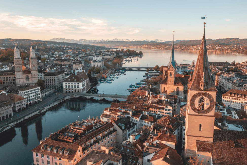 Zurich est à l'avant-garde de l'architecture verte, avec des systèmes intelligents de gestion de bâtiments contrôlant automatiquement les réseaux de refroidissement, de chauffage et d'électricité interconnectés.