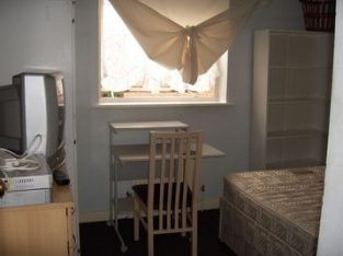this is holiday renting from 2 august only Bermondsey Surrey Quays New Cross Elephant & Castle Canary Wharf Rotherhite next to Thames riverside Your room is £100 per week plus 10 pounds 07305269983