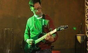 bạn học viên biểu diễn guitar điện trong sự kiện của guitara