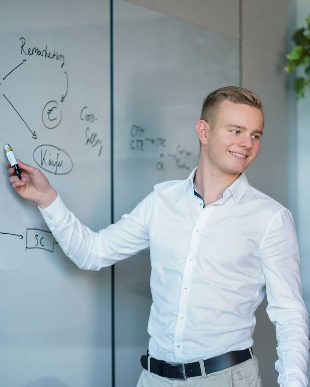 Strategie-Whiteboard-Onlinemarketing-facebook-instagram-werbung
